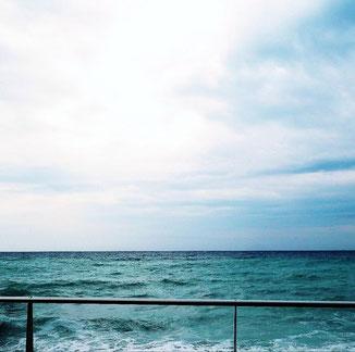 Meer tut gut - der Seele und dem Körper. Meer bedeutet Achtsamkeit und mentale Gesundheit. Was in die Reiseapotheke muss, wenn Sie ans Meer fahren, erfahren Sie in der Petra Apotheke Kaiserslautern ( apotheke kaiserslautern)