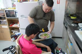 介助者が障害当事者に逐一確認しながら、調理を行う様子
