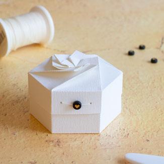 Hexagon-Schachtel mit Blütendeckel