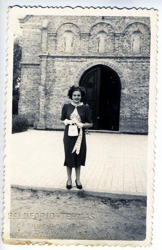 Ofelia saliendo un domingo de la capilla del Lago Epecuén.  Un par de años después, en 1942 mi papá llevo a su madre a probar las propiedades curativas del barro del lago y se conocieron.