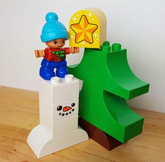 Lego Duplo Winterspaß mit dem Weihnachtsmann: Bub beim Christbaum schmücken