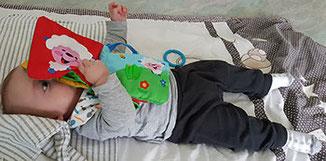 Krabbeldecke mit Babyspielzeug