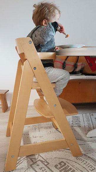 Im Hochstuhl sollen Kinder erst sitzen, wenn sie selbstständig aktiv, dh ohne fremde Hilfe, sitzen können.