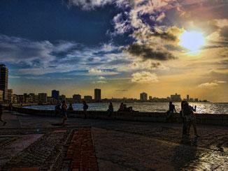 Malecon in Havanna - tagsüber das Meer beobachten und abends begleitet von einer Privatband Salsa auf der Straße tanzen