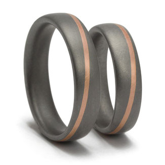 Tantal Ringpaar mit diagonal verlaufendem Rotgoldstreifen, tantal-ringe-mit-schraeger-linie, ringe-diagonal, zweifarbige-ringe, trauringe-zweifarbig