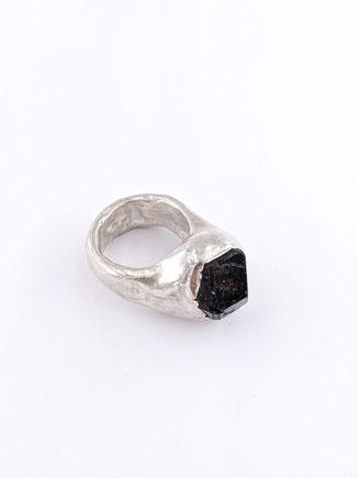 Silberring mit ungeschliffenem Granat von Dora Des - Atelier STOSSIMHIMMEL