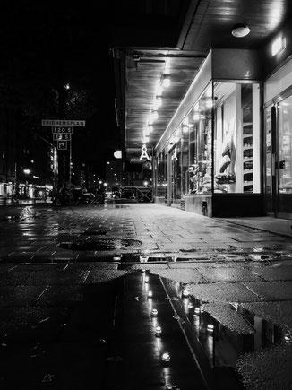 huaweip20pro, fotograf, foto, monochrom, monochrome, stockholm, reisen, travel, reiselust, wanderlust, citylife, urbanlife, streetlife, rain, nightlife, night, berlin, fotograf, hochzeiten, hochzeitsfotograf, professionell, professional. nightart