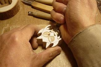 彫刻等で 厄除鬼ウシオニを手彫りしています。