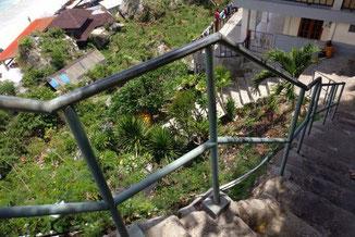 Steil hinab zum Padang Padang Beach