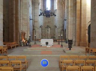 im Mittelschiff vorm Altar