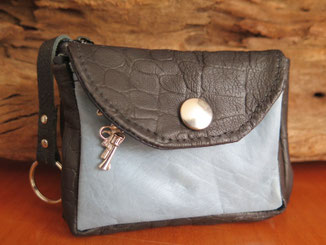 zusammenfaltbares Schlüsseletui aus schwarzem und hellblauem Leder