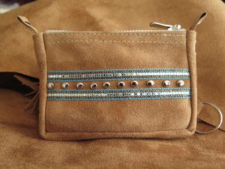 Geldbörse aus hellbraunem Wildleder mit Nieten und türkisfarbenem Band