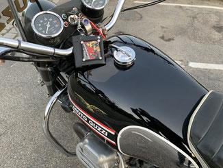 Schlüsselanhänger an einem Motorrad