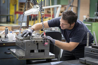 Ein Mitarbeiter bei der Montage.