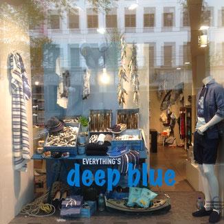 Sommer-Mode Schaufenster als Fischstand Dekoriert