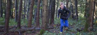 Kind rennt im Wald