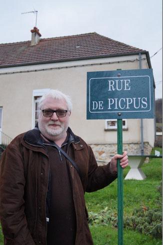 Thierry Duparcq pose au pied de son œuvre.