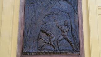 An der Wand: Ein Bronzerelief von Antonín Kuchař