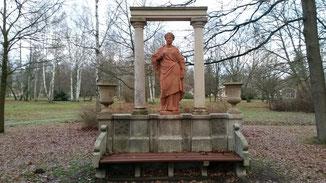 Im Park fehlen zwar die Blätter, aber dafür ist der Blick auf die Kunstwerke und Statuen frei...