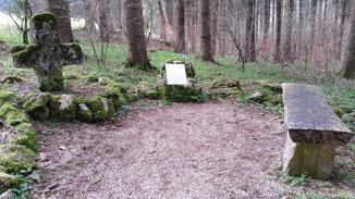 Das Maus-Kreuz mit Gedenktafel und Sitzbank