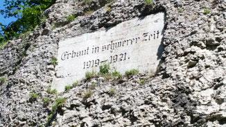 Die in Stein gemeißelte Inschrift...