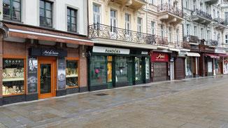 Die Geschäfte in der Fussgängerzone wiederholen sich in regelmäßigen Abständen...