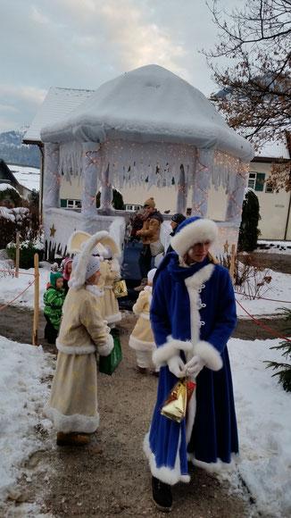 Mädchen in märchenhaften Gewändern stehen am Eispalast...