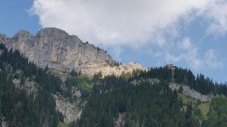 Gimpel-Hütte (rechts im Wald)