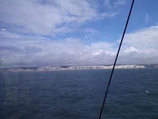 Die Kreidefelsen von Dover tauchen am Horizont auf...