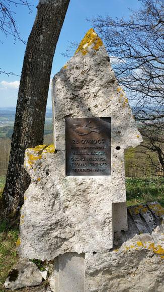Und wo befindet sich das Denkmal, das an den Hubschrauberabsturz erinnert, bei dem 4 Menschen ums Leben kamen?