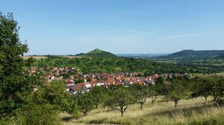 Blick auf Hepsisau, im Hintergrund Ruine Limburg