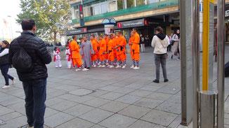 Eine kleine Gruppe japanischer Jungmönche beehrt unsere Landeshauptstadt...