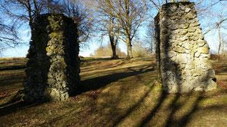Das ist der Eingang zum Ehrenhain bei Suppingen...