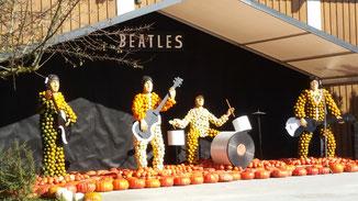 Im Hintergrund natürlich Beatles-Music...