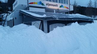 Vorzelt und Wohnwagen versinken im Schnee...