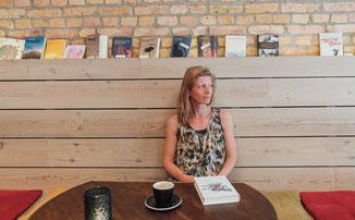 Lesen über das Glück, Wege um glücklich zu sein, Katja Otto - Feinkost-und Lesecafé Meyan/ Berlin Schöneberg ©freesendeern.de #lieberglücklich