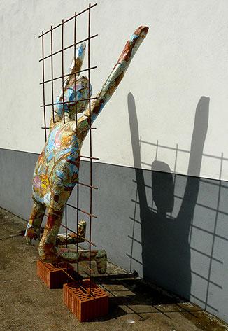 Wohin?: Pappmaché, Metall, Stein, Höhe 165 cm, 2015
