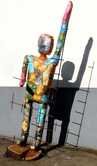 Befreiung: Pappmaché, Metall, Holz, Höhe 166 cm, 2015