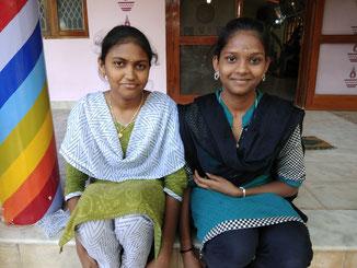 Links nach rechts: Saroja und Sornalakshmi, XII. Klasse.