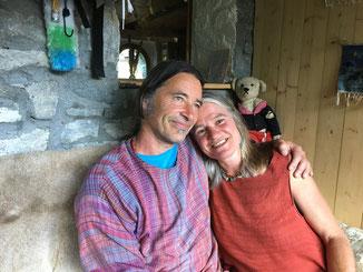 Annett und Martin Gröble auf dem Steinbank vor dem Hauseingang.