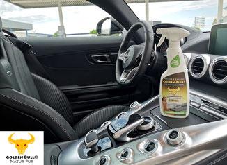 Der Golden Bull Foam Cleaner stehend auf dem Mittelkonsole eines Mercedes Benz AMG GT. Die Lederreinigung und Lederpflege ist mit diesem Produkt im Handumdrehen erledigt und die Ledersitze erstrahlen in neuem Glanz.