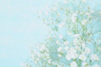 ノートパソコンのうえに置かれたスマホと眼鏡。コーヒーの入ったマグカップ。
