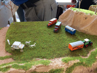 die Kutsche ist aus Papier und selbst gemacht. Das Fahrgestell ist aus Eiche und die vordere Achse läßt sich drehen...