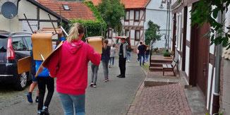 Alle packten mit an ... fleißige Helfer aus dem Kirchenvorstand und dem Konfirmandenjahrgang · Foto→ Kirchengemeinde