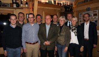 Der neue Vorstand in Wartenberg mit Lukas Kaufmann (v.l.), Wolfgang Schleiter, den weiteren Vorstandsmitgliedern, sowie der CDU-Kreisvorsitzende Dr. Jens Mischak (3.v.r.) und der Landtagsabgeordnete Michael Ruhl (rechts) · Foto→ CDU Wartenberg