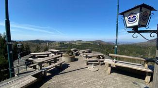 Herrlichen Ausblick von der Terrasse der Enzianhütte (Wasserkuppe) · Foto→ Hendrik Urbin