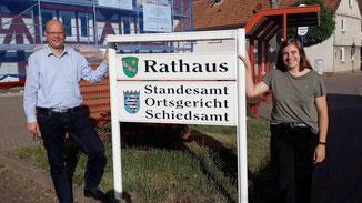 Dr. Olaf Dahlmann und Frau Leonie Henkel vor dem Rathaus in Angersbach · Foto→ Gemeinde Wartenberg