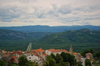 Blick auf die Unterstadt von Motovun mit Blick ins Mirna-Tal