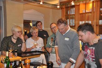 Teamkochen in der Villa Martha- Hans Jörg erklärt die Beilagen