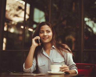 Business, Frau mit Handy, telefonieren, Termin vereinbaren, Coaching